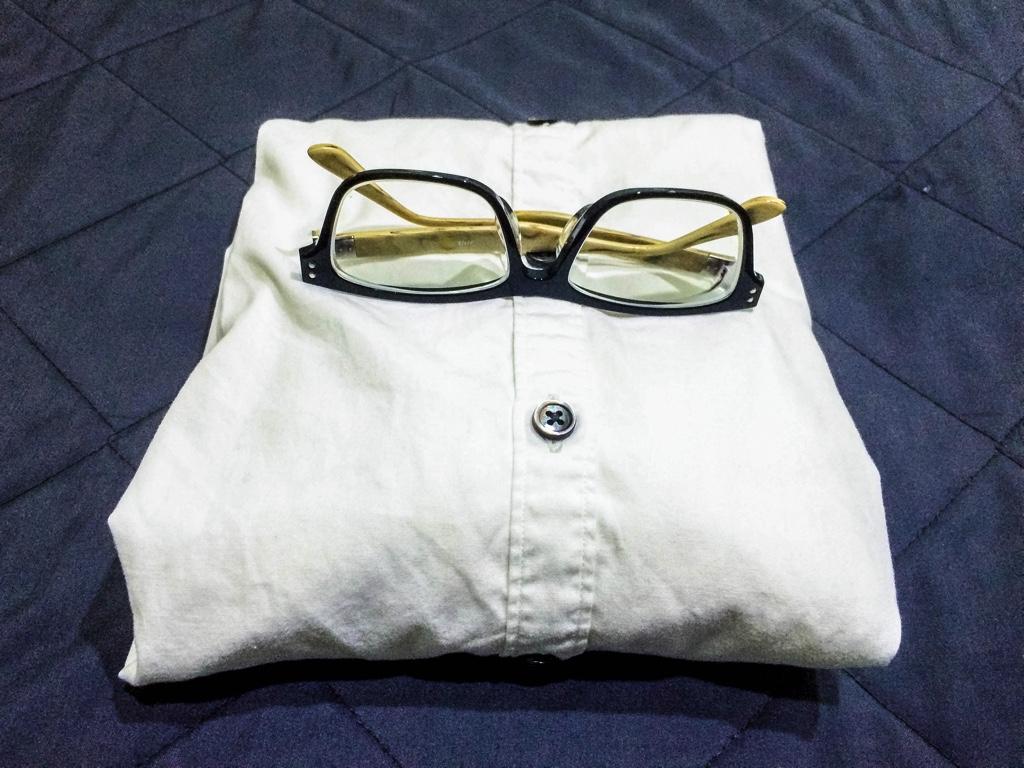 黒縁メガネと白シャツ
