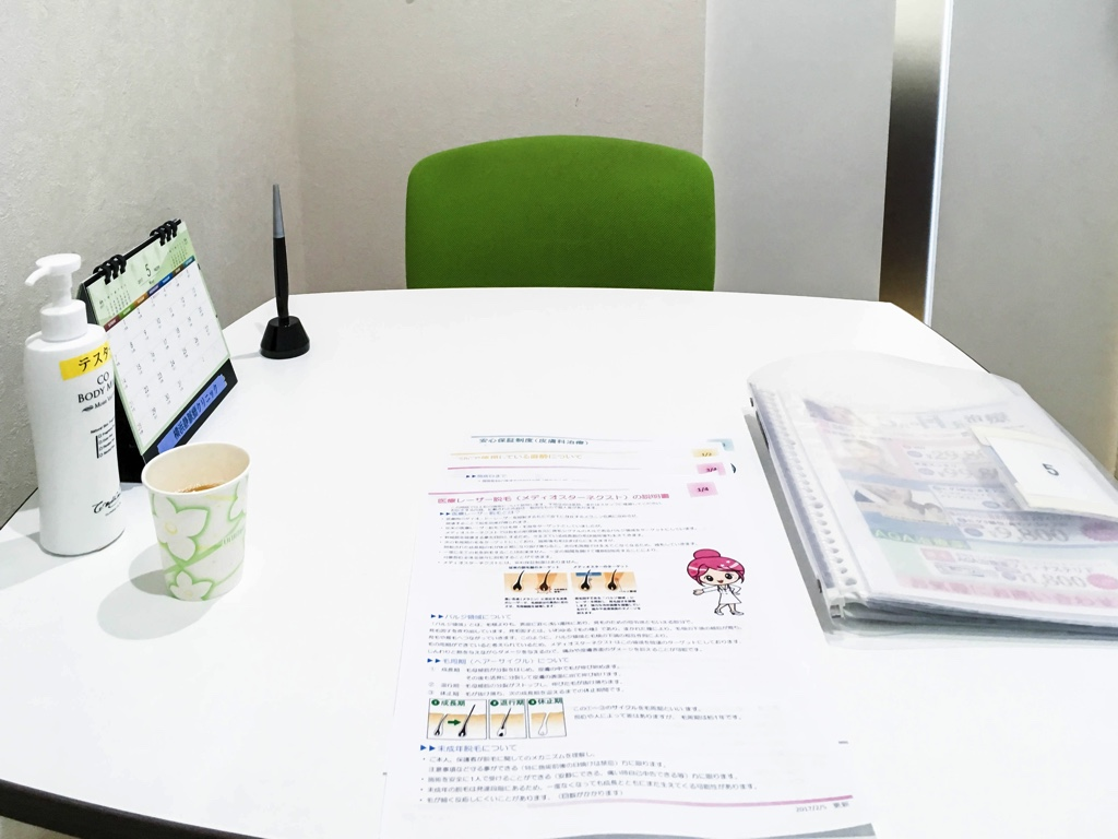 カウンセリングルームの机